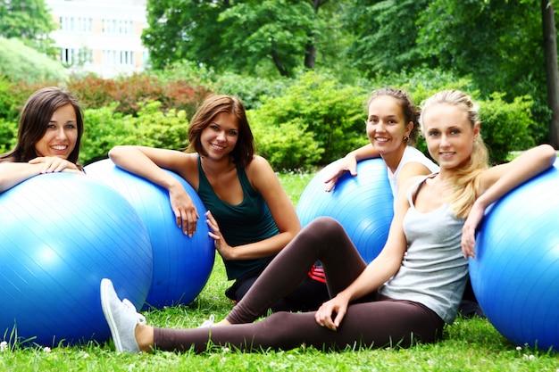 Mulher jovem e atraente, fazendo exercícios de fitness