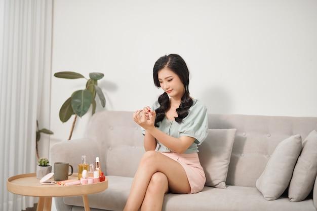 Mulher jovem e atraente fazendo manicure