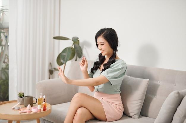 Mulher jovem e atraente fazendo manicure Foto Premium