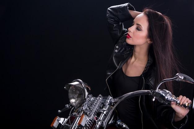 Mulher jovem e atraente na moto