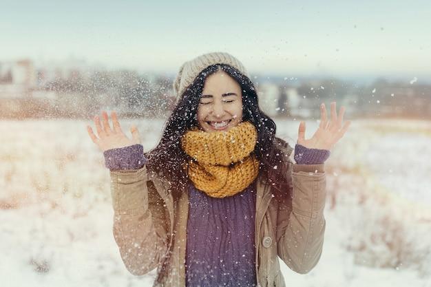 Mulher jovem e atraente no inverno ao ar livre