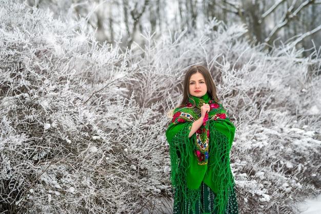 Mulher jovem e atraente posando com um xale verde