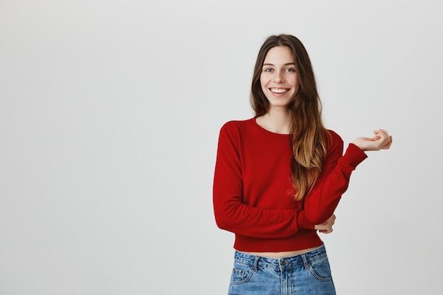 Mulher jovem e atraente sorrindo câmera toothy, parece entusiasmado