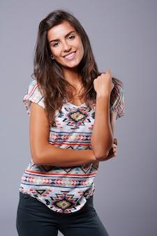Mulher jovem e atraente tirando fotos no estúdio