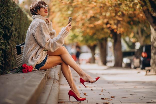 Mulher jovem e atraente usando o telefone
