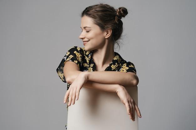 Mulher jovem e atraente vestida com vestido floral