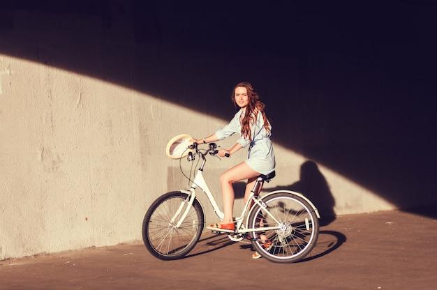 Mulher jovem, e, bicicleta