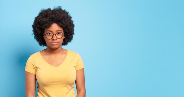 Mulher jovem e bonita afro com espaço de cópia