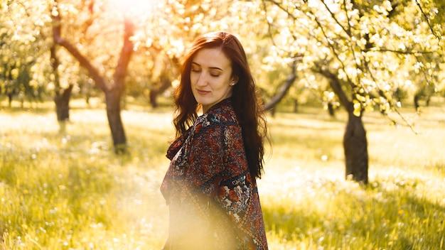 Mulher jovem e bonita ao ar livre. aproveite a natureza. menina sorridente saudável no parque primavera. dia ensolarado