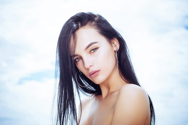 Mulher jovem e bonita ao ar livre beleza retrato sensual rosto de menina sobre a maquiagem abstrata do céu