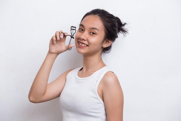 Mulher jovem e bonita asiática com curvex isolado no fundo branco