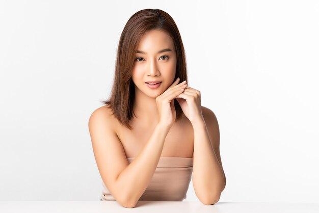 Mulher jovem e bonita asiática com pele limpa, fresca, cuidado facial, tratamento facial, cosmetologia, beleza, retrato de mulher asiática