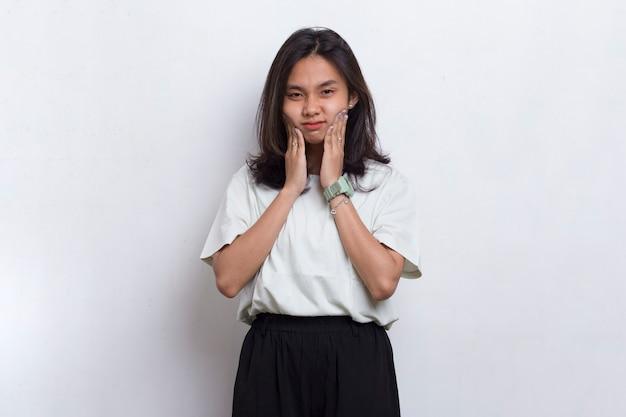 Mulher jovem e bonita asiática sofrendo de dor de dente, cárie, sensibilidade dentária