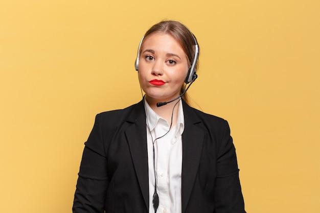 Mulher jovem e bonita assustada com um conceito de operador de telemarketing de expressão preocupada
