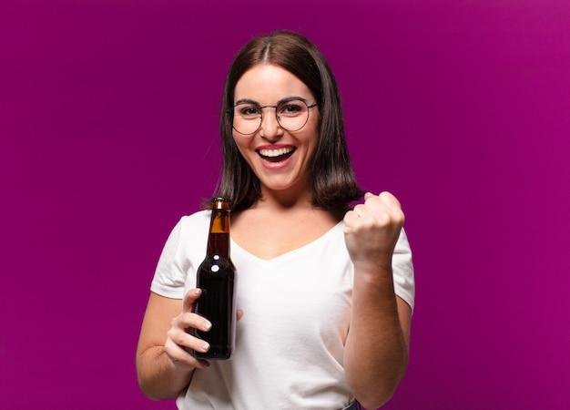 Mulher jovem e bonita bebendo uma cerveja