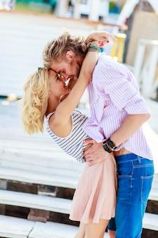Mulher jovem e bonita beijando um cara bonito atraente