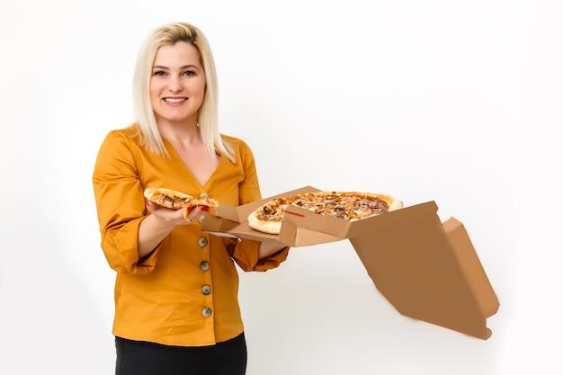 Mulher jovem e bonita casual com saborosa pizza em caixa de papel de entrega. isolado em fundo branco