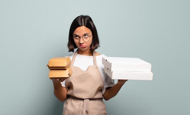 Mulher jovem e bonita chef. conceito de fast food