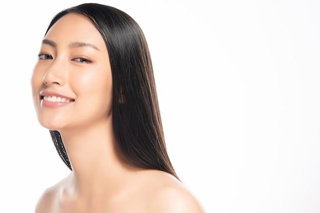 Mulher jovem e bonita com a pele limpa e fresca.