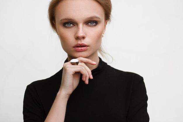 Mulher jovem e bonita com a pele limpa, fresca. cosmetologia