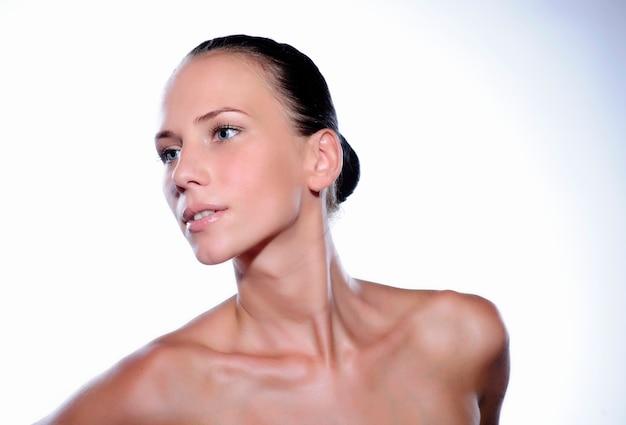 Mulher jovem e bonita com a pele limpa, fresca. cuidado de rosto de beleza de menina. tratamento facial.