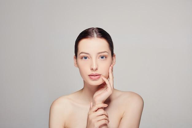 Mulher jovem e bonita com a pele limpa, fresca e olhos azuis.
