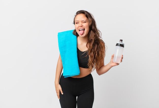 Mulher jovem e bonita com atitude alegre e rebelde, brincando e mostrando a língua. conceito de fitness