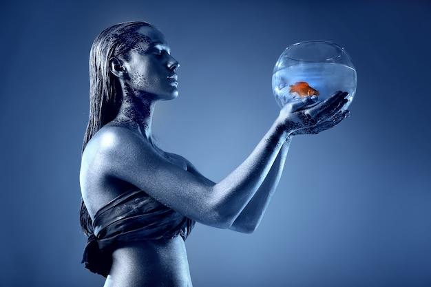 Mulher jovem e bonita com bodyart incrível como peixes. conceito dos signos do zodíaco