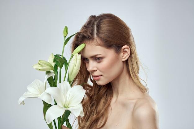 Mulher jovem e bonita com buquê de flores