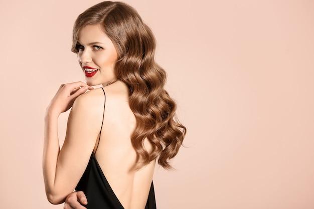Mulher jovem e bonita com cabelo comprido ondulado
