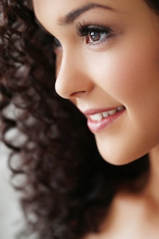 Mulher jovem e bonita com cabelo preto encaracolado
