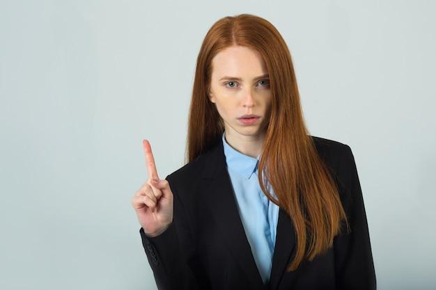 Mulher jovem e bonita com cabelo vermelho com gesto de mão