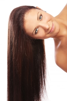 Mulher jovem e bonita com cabelos compridos