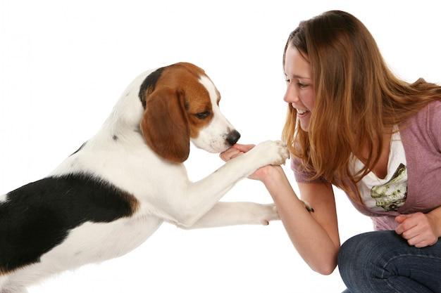 Mulher jovem e bonita com cachorro