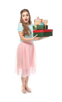 Mulher jovem e bonita com caixas de presente na superfície branca