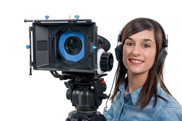 Mulher jovem e bonita com câmera de vídeo dslr