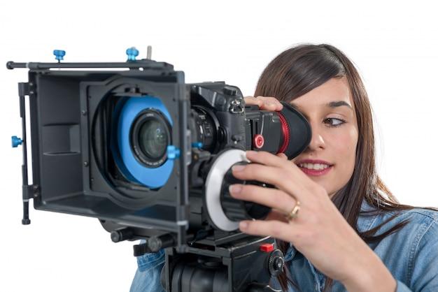 Mulher jovem e bonita com câmera de vídeo slr