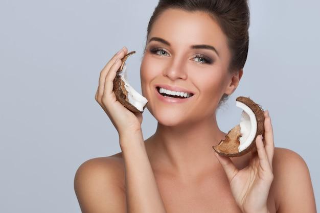 Mulher jovem e bonita com coco