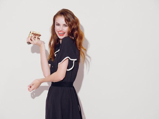 Mulher jovem e bonita com comida nas mãos, uma mulher comendo, sem dietas