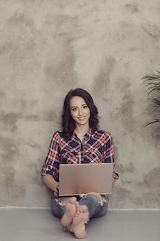 Mulher jovem e bonita com computador portátil