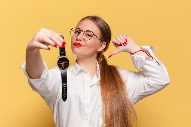 Mulher jovem e bonita com expressão de orgulho, mostrando o relógio