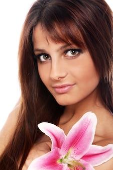 Mulher jovem e bonita com flor de lírio