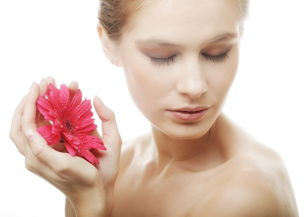 Mulher jovem e bonita com flor gerber