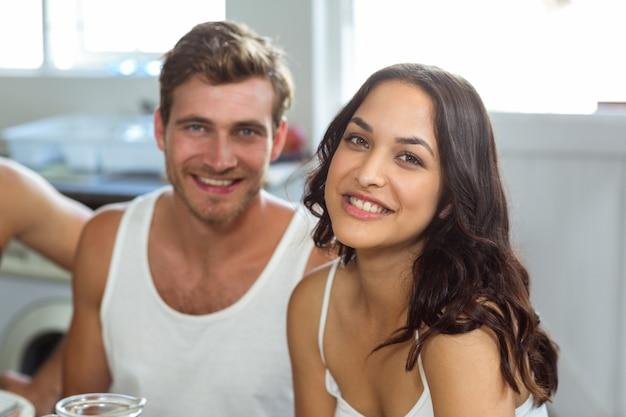 Mulher jovem e bonita com homem em casa