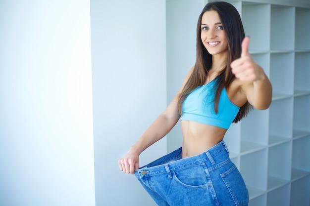 Mulher jovem e bonita com jeans grandes