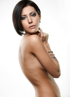 Mulher jovem e bonita com joias em mãos isoladas em branco