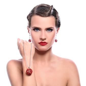 Mulher jovem e bonita com jóias vermelhas
