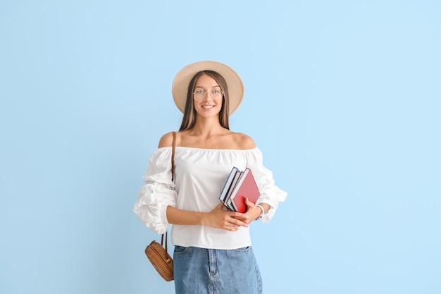Mulher jovem e bonita com livros coloridos