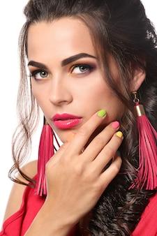 Mulher jovem e bonita com manicure colorida isolada