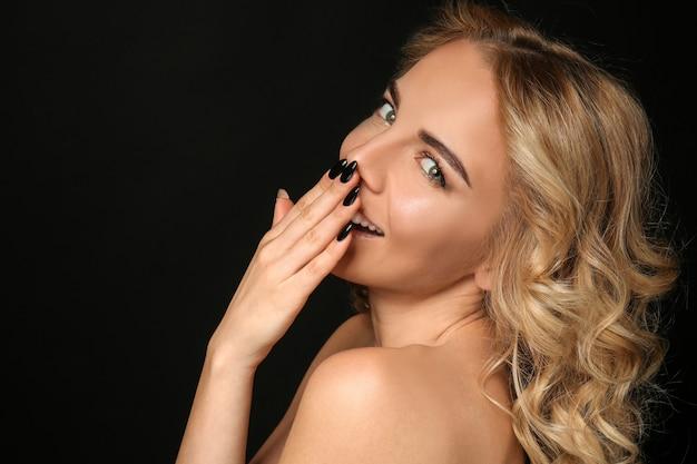 Mulher jovem e bonita com manicure profissional